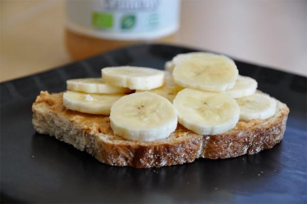 pähkinävoi-banaani leipä